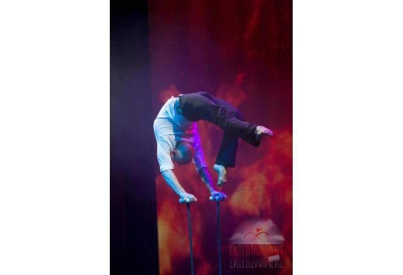 Цирковой номер - Эквилибр на тростях