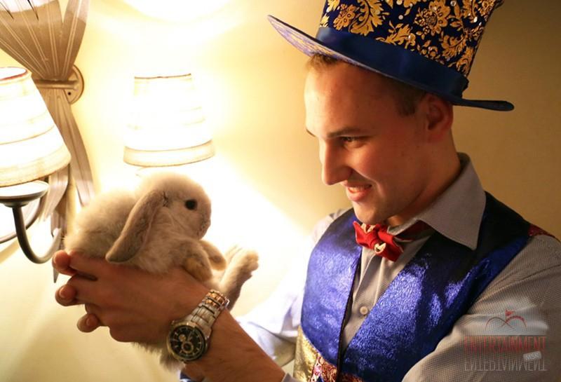 Фокусник с живым кроликом