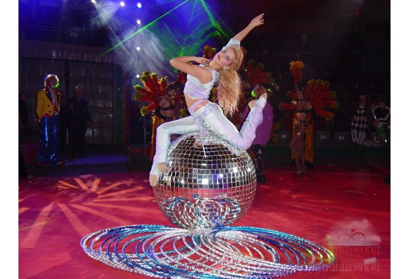 Цирковой номер - Девушка на шаре