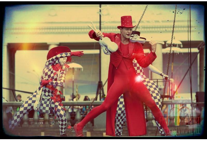 Цирковой номер - Жонглер со скрипками